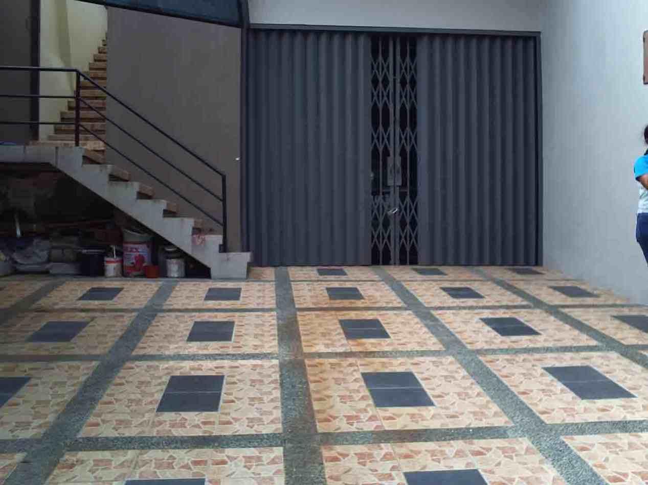 Foto Keramik Lantai Garasi Sederhana | Desain Garasi Rumah Mewah Dengan Sliding